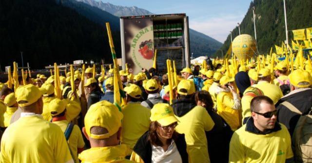 """Coldiretti, protesta """"invade"""" il Brennero. Bloccati i tir: """"No a falso cibo italiano"""""""