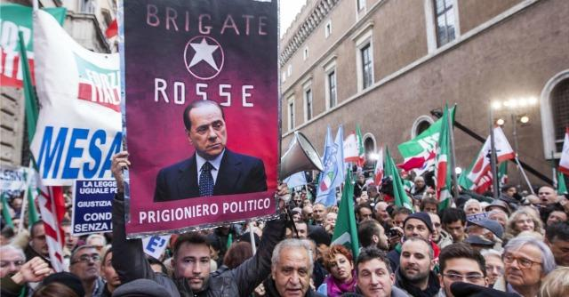 Forza Italia, il partito fondato sulle bufale. Così Berlusconi riscrive la storia