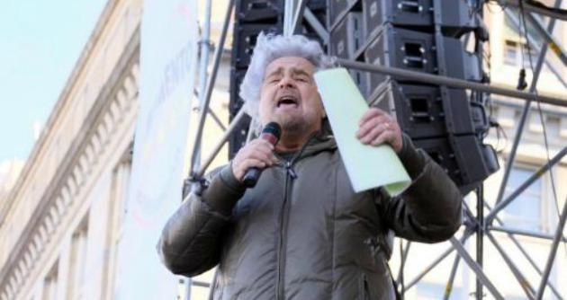 """Grillo agli agenti: """"Togliete il casco e unitevi al popolo"""". Siulp: """"Fedeli alle istituzioni"""""""