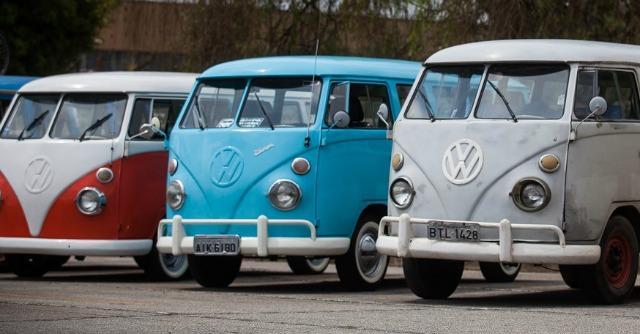 Il furgoncino degli hippie va in pensione volkswagen non for Furgone anni 70 volkswagen