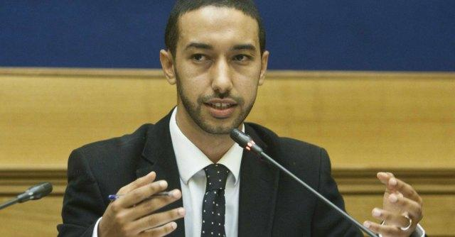 Immigrazione, deputato Pd si chiude nel centro di Lampedusa per protesta