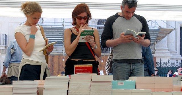 Libri, la piccola e media editoria perde. I prezzi sono più alti della media