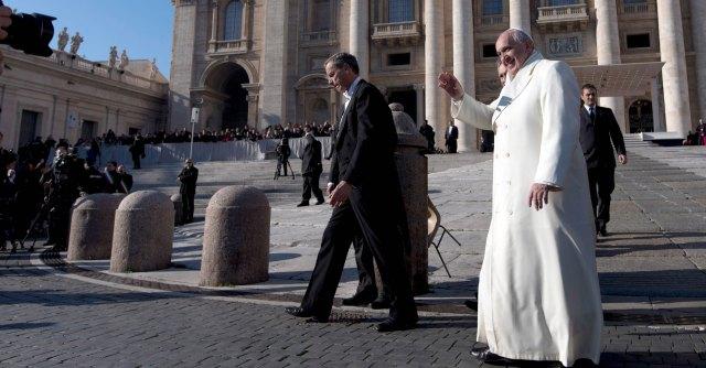 """Papa Francesco, dalla """"rivoluzione"""" alle prossime sfide: Ior, lobby e pedofilia"""