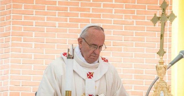 """Papa Francesco contro 'sacerdoti untuosi': """"Basta preti farfalla che vivono nella vanità"""""""