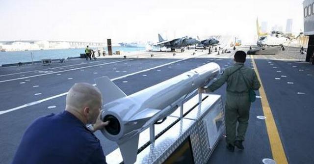 """Portaerei Cavour, giornale di Abu Dhabi smentisce Mauro: """"A bordo fiera con armi"""""""