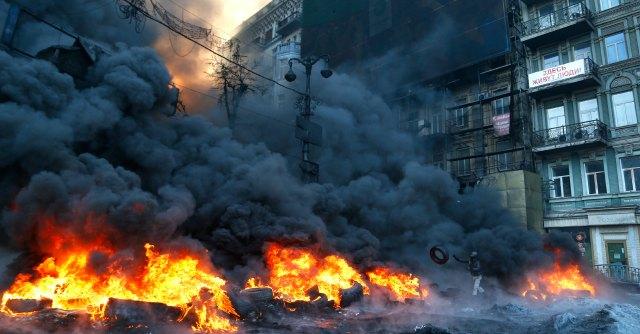 """Ucraina, nuovi scontri. Ianukovich: """"Leader dell'opposizione sia premier"""". Lui rifiuta"""