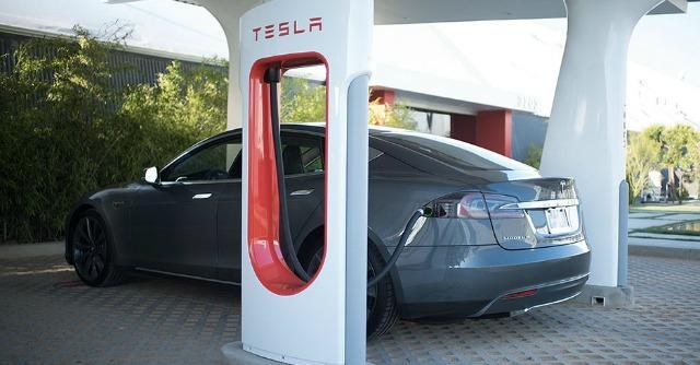 Tesla, sognando l'elettrica che non si ferma mai: la ricarica rapida arriva in Europa