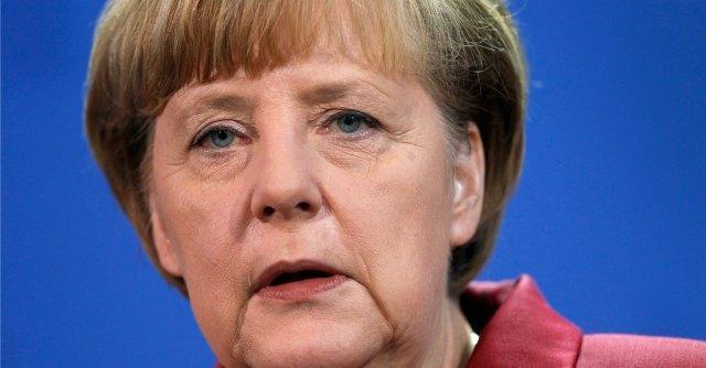 Germania, Angela Merkel si frattura il bacino mentre fa sci di fondo