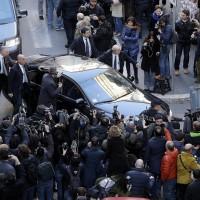 Silvio Berlusconi arriva in auto alla sede Pd per l'incontro sulla legge elettorale con Renzi