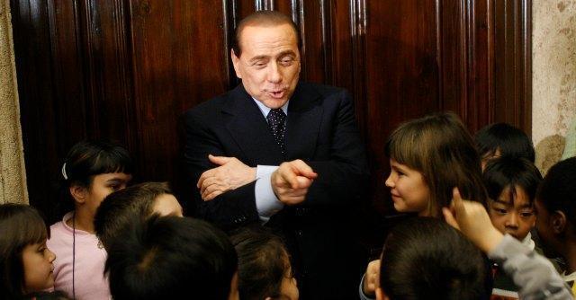 """Berlusconi dona 50mila euro a una coppia di disoccupati. """"Babbo Natale esiste"""""""