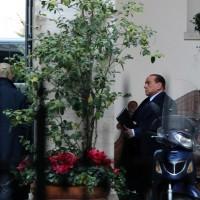 L'ex presidente del Consiglio lascia Palazzo Grazioli alla volta del Nazareno