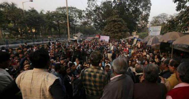 India, 16enne stuprata da gruppo due volte poi data alle fiamme. Proteste in piazza