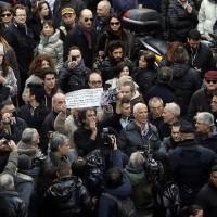 Folla di manifestanti in largo S. Andrea delle Fratte per contestare l'incontro tra Renzi e Berlusconi