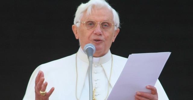 """Ratzinger e lo scandalo pedofilia, in due anni 400 sacerdoti """"spretati"""" da Benedetto"""