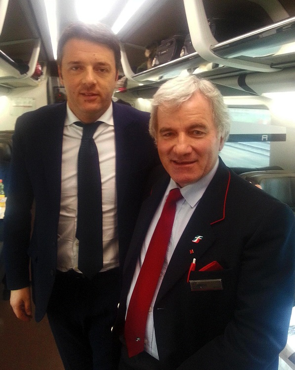 Il segretario del Pd Renzi si lascia fotografare con un controllore fuori servizio, e suo sostenitore, Domenico Frustagli, sul treno per Roma dove è in programma l'incontro con Berlusconi