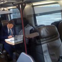 Per raggiungere Roma per incontrare  Berlusconi, il segretario del Pd Renzi è salito a Firenze su un Eurostar e ha viaggiato da solo. Renzi si è seduto in un comparto con i quattro posti liberi, ha comprato alcuni giornali e ha letto per la gran parte del tempo. Le pause dalla lettura sono state per bere una Coca Cola e rispondere al telefono