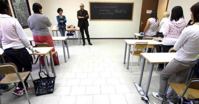 """Scuola, governo in ritirata: """"Gli insegnanti non dovranno restituire i 150 euro"""""""