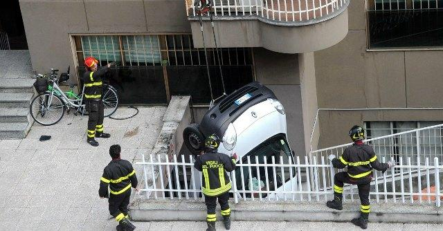 Milano, al volante senza patente travolge e uccide madre di tre gemelli