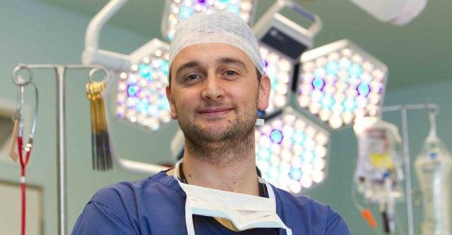 Chirurgo in Uk, a 34 anni trapiantò polmoni su bebé. In Italia sarebbe precario