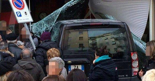 Roma, anziano sfonda il vetro di una banca con il Suv. Una vittima, 5 feriti