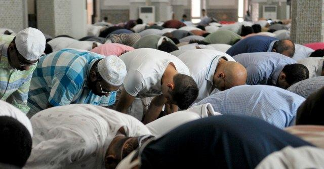 """Musulmani costretti a pregare in strada. Lettera Vescovi: """"Necessaria moschea"""""""