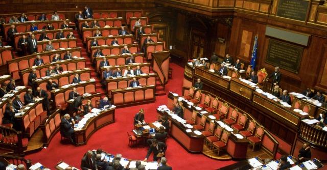 """Governo Renzi ottiene la fiducia: 169 sì. M5s: """"Bugiardo come Wanna Marchi"""""""