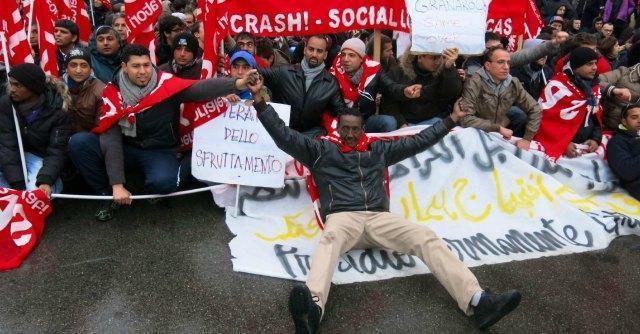 Facchini licenziati, a Bologna lavoratori da tutta Italia per chiedere il reintegro