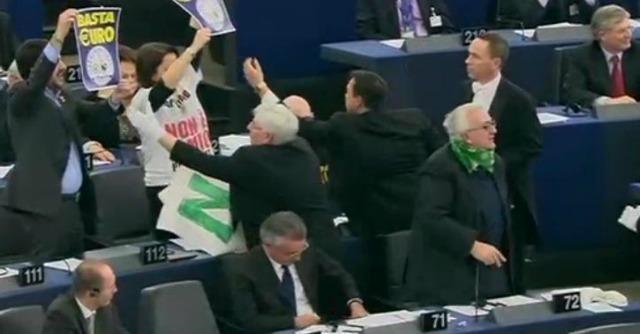 """Parlamento Ue, Napolitano: """"No austerità"""". Lega contesta, sommersa dai fischi"""