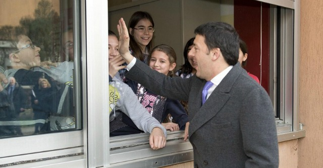 Renzi incontra tutti, tranne operai Electrolux. A Treviso premier contestato