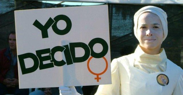Spagna, decine di migliaia in piazza a Madrid contro la legge che limita l'aborto