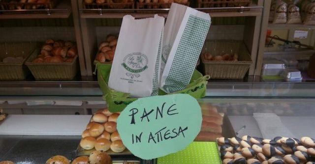 """Il """"pane in attesa"""": a Messina solidarietà al banco del fornaio"""