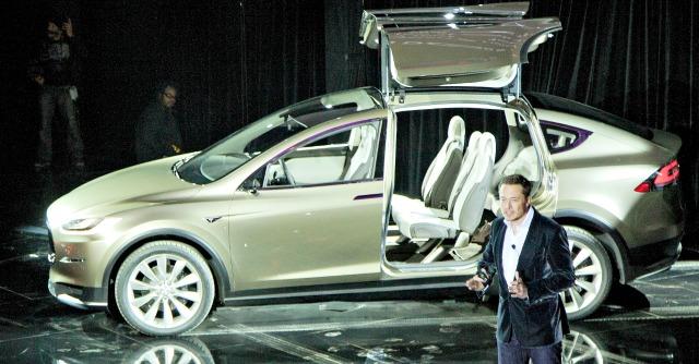 Elon Musk con la Tesla Model X 2012
