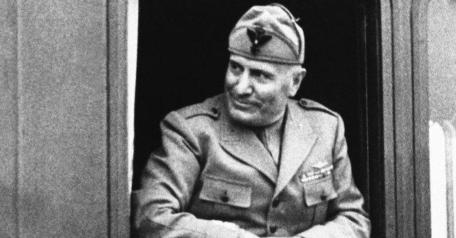 Torino, revocata cittadinanza a Mussolini. Lega protesta con bandiera comunista