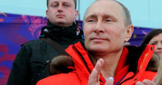 Putin firma per l'annessione della Crimea. Base ucraina assaltata: morto un soldato