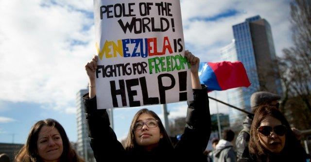 """Venezuela, Maduro a studenti: """"Liberate le piazze. Usa? Piano per uccidermi"""""""