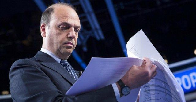 """Dell'Utri latitante, M5s e Sel: """"Alfano si deve dimettere da ministro dell'Interno"""""""