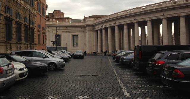 Vaticano, la casta dei politici va a messa da Papa Francesco in auto blu