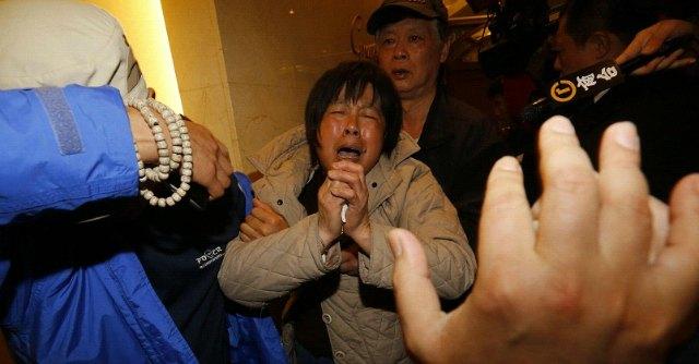 """Malaysia Airlines, i famigliari delle vittime protestano: """"Bugiardi, diteci la verità"""""""