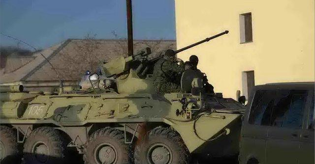 Crimea, i soldati russi conquistano l'ultima base militare ucraina
