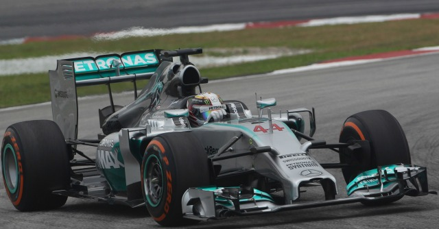 Formula 1, prove Gp Malesia: Hamilton in pole, Alonso quarto. E la Red Bull c'è