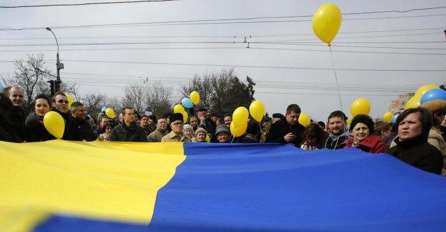 """Ucraina, Fmi stanzia tra i 14 e i 18 miliardi di aiuti. Kiev: """"100mila soldati russi al confine"""""""