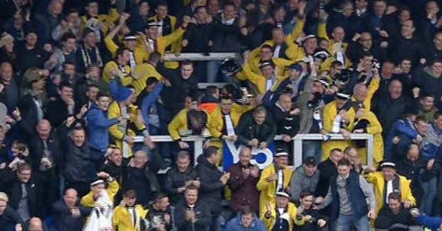 I tifosi del Leeds 'salutano' il nuovo patron Cellino: in curva vestiti da mafiosi