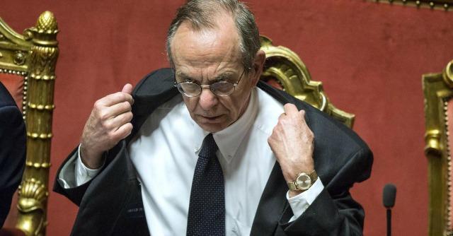 """Crisi, Padoan: """"E' l'ora della riscossa"""". Ma Fitch boccia il piano del governo"""