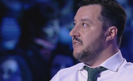 """Servizio Pubblico, Salvini vs Sarti (M5S): """"Firmi contro la legge Fornero?"""""""