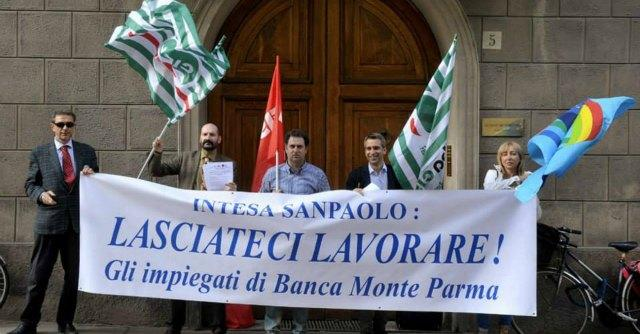 """Banca Monte, annunciati nuovi tagli. Dipendenti in corteo: """"Lasciateci lavorare"""""""