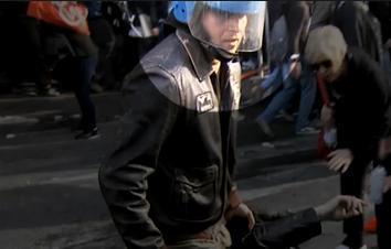 Scontri a Roma, il volto dell'agente che ha calpestato una manifestante