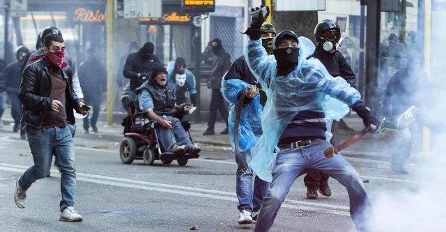 """Manifestazione Roma, debutto del """"blu-bloc"""": k-way azzurri e simboli del Reparto mobile"""