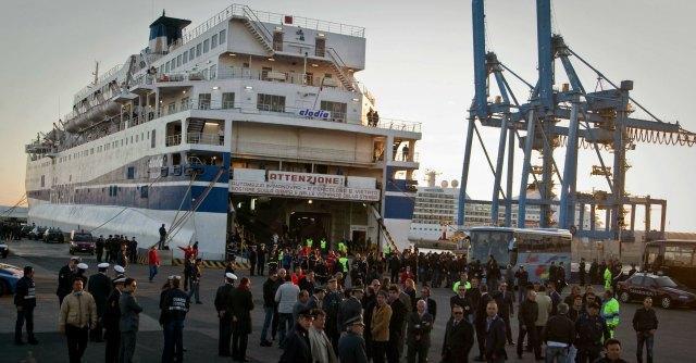 """Tunisino da 10 anni in Italia """"prigioniero"""" su una nave. Polizia lo ferma per burocrazia"""