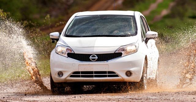 Nissan testa la vernice idrorepellente. Per l'auto che non si sporca più