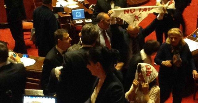 Tav, la linea Torino-Lione è legge: ok del Senato all'accordo. Protesta M5S